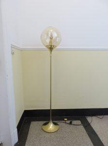 ST7 - Stehleuchte, 60er Jahre, Trompetenfuß, Messing, Lampenschirm amberfarbene irisierende Kugel (mundgeblasen), wohl DORIA