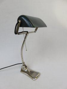 B3 - Bankerlampe Jugendstil, verchromt, dunkelgrün emaillierter Schirm, unter dem Stand bezeichnet: LUX Made in Austria