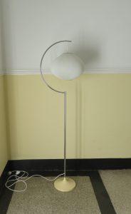 ST9 - Stehleuchte, 70er Jahre, verchromt, Trompetenfuß beige lackiert, Lampenschirm Kunststoff-Plissee