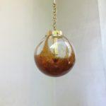 D154 - Deckenleuchte, Kaiser-Leuchten, 60er/70er Jahre, mundgeblasene Glaskugel mit amberfarbenen/schwarzen Einschlüssen/Luftblasen, Messing
