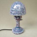 T182 - kleine Tischleuchte, Art Deco, Glas weiß / lila-blau gewolkt