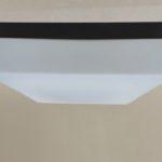 D180 - kubistische Deckenleuchte / Wandleuchte, 60er Jahre, ERCO, Überfangglas satiniert, Bakelit