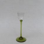3. - 1 Likörglas, moosgrüner Stengel und Stand