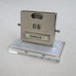 BS90 - ewiger Kalender Art Deco, Herstellermarke Jakob Maul, Plexiglas farblos und perlmutfarben