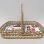 W94 - Tablett mit Tragegriff, 50er Jahre, Weidengeflecht, mit einem zeittypischen Dekor