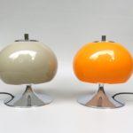 T9 - 1 Paar kleine Tischleuchten, 70er Jahre, Schirm Kunststoff hellbraun und orange, Trompetenfuß verchromt