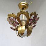 D187 - zierliche florale Deckenleuchte, Florentiner Stil, 60er/70er Jahre, Blattgold, Glasprismen lila