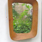 S8 - Wandspiegel, 60er Jahre, skandinavisch, organische Form, Teak, Leder, Messing