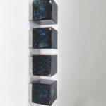D60 - 4 Stück Deckenleuchten / Wandleuchten (klein 11 cm), bez. Limburg, Sockel verchromt, Würfel Glas blau/schwarz/farblos mit Lufteinschlüssen - Murano